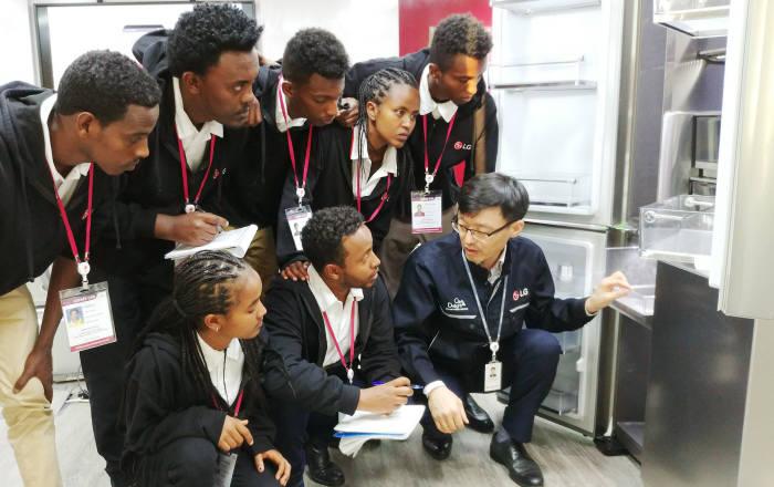 LG전자는 11일부터 일주일간 에티오피아 학생 7명을 두바이서비스법인에 초청해 연수 기회를 제공한다. 참가 학생이 LG 시그니처 냉장고에 대한 설명을 듣고 있다.