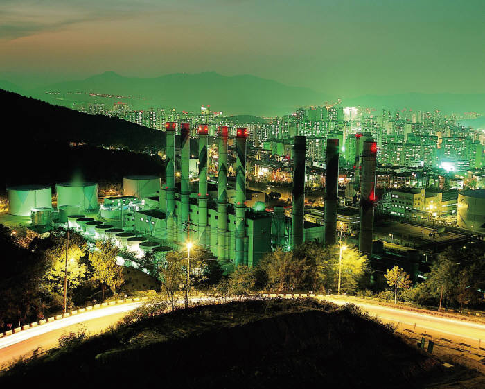 경기도 성남시 분당구에 위치한 분당복합화력발전소 야경.