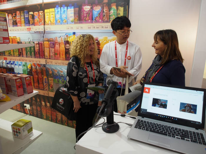MWC 2017 한국관에 참가한 한 중소기업 부스에 관람객이 방문했다.