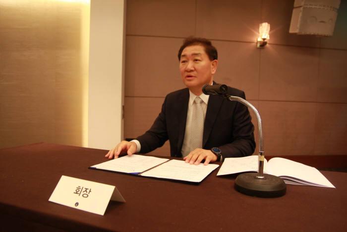 22일 서울 강남구 노보텔 앰배서더 호텔에서 열린 한국스마트홈산업협회(KASHI) 정기총회에서 한종희 회장이 총회를 진행하고 있다.
