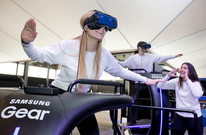 MWC 2018 삼성전자 전시장에서 '기어 VR'을 체험하는 모습
