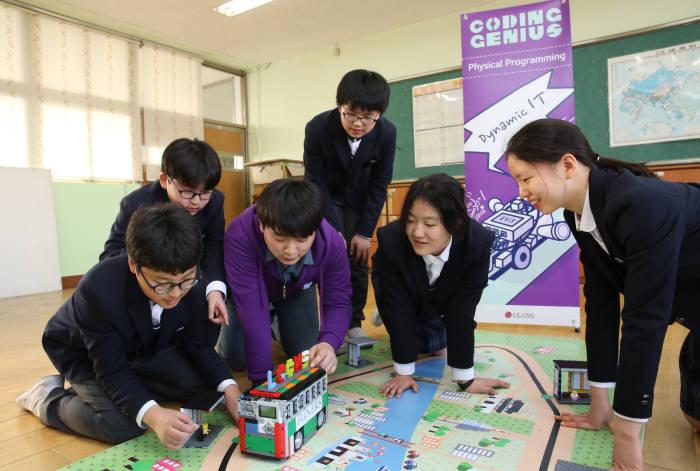 LG CNS 임직원이 지난해 서연중학교 학생 대상으로 무료 코딩 교육프로그램 '코딩 지니어스' 통해 교육을 하고 있다. LG CNS 제공