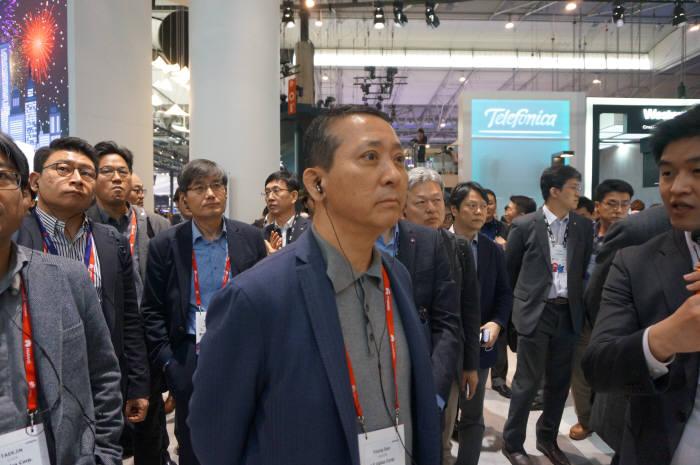 권영수 LG유플러스 부회장이 LG전자 부스를 찾아 LG V30S 씽큐에 대한 설명을 듣고 있다.