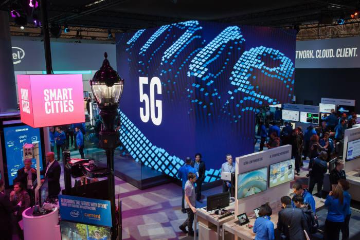 인텔은 스페인 바르셀로나에서 열린 MWC 2018 전시회에서 2020년 도쿄올림픽에서 NTT도코모와 5G 서비스를 실시할 예정이라고 밝혔다. 사진은 인텔 부스.