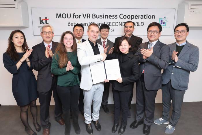 KT는 26일(현지시간) 스페인 바르셀로나에서 열리는 'MWC 2018'에서 스위스 VR 사업자 세컨드월드에 플랫폼 및 콘텐츠를 공급하기로 했다. 프랭크 마일렛 세컨드월드 CEO와 고윤전KT 미래사업개발단장(앞줄 왼쪽 네번째부터)을 비롯, 양사 관계자가 업무협약식 이후 기념 촬영했다.