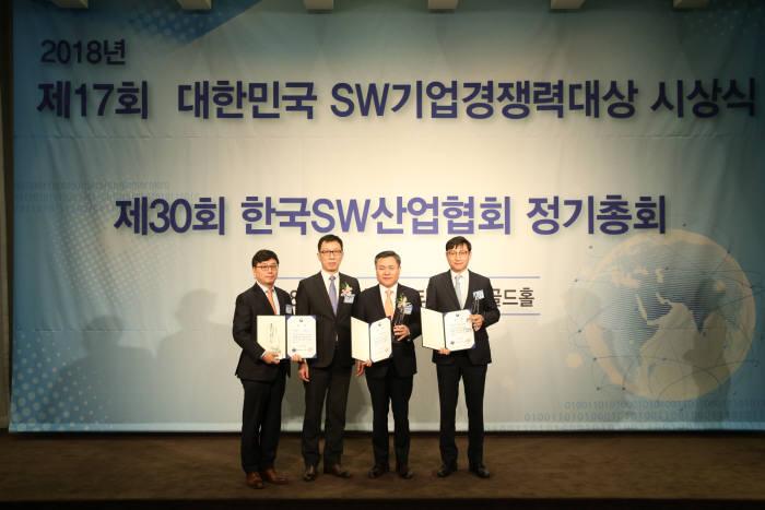 이홍구 투비소프트 대표(맨 왼쪽부터), 곽병진 과학기술정보통신부 과장, 마용득 롯데정보통신 대표, 신경철 포스코ICT 실장 등 제17회 대한민국 SW기업경쟁력대상 수상자들이 기념촬영했다.