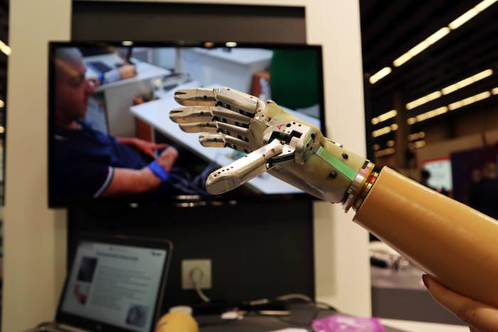 이탈리아 업체인 IIT(Italiano di Tecnologia )는 그래핀 소재를 활용한 로봇 팔을 제작, MWC 2018에서 기술력을 과시했다.