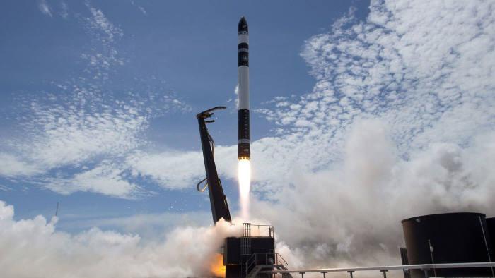 사진 2. 길이 17m에 무게가 10톤밖에 되지 않는 초소형 우주 발사체 일렉트론. 3개의 큐브샛 발사에 성공함으로써 우주택배의 틈새시장을 노린다. (출처: 정홍철)