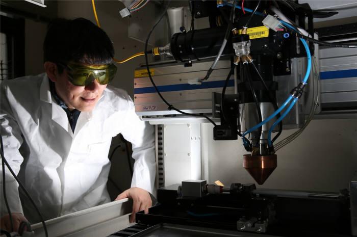김현길 원자력연 책임연구원이 3D 프린팅 기반 산화물분산강화 공정을 지켜보고 있다.