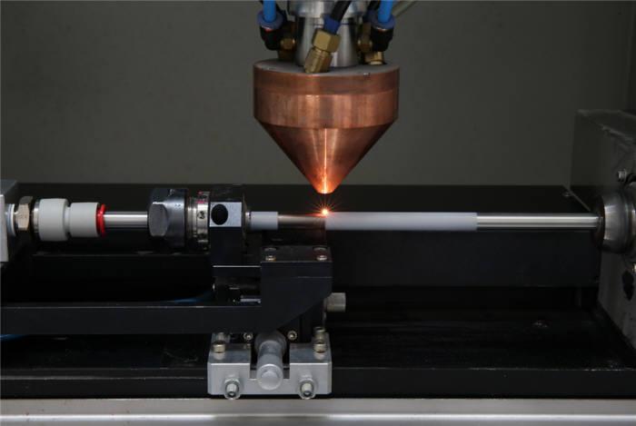 파이프에 산화물을 도포한 후 3D 프린터 레이저를 조사하는 모습