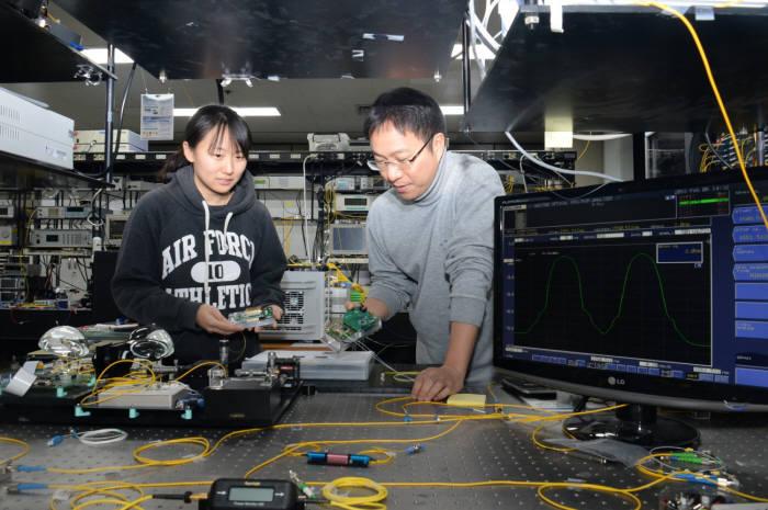 ETRI 연구진이 400Gbps 광통신 부품 성능을 코랜(KOREN)망으로 시연하는 모습.