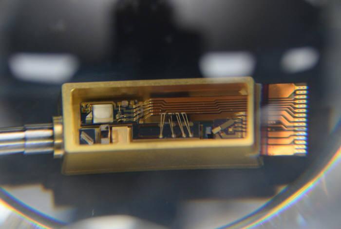 ETRI 연구진이 독자 개발한 초소형 광원 모듈