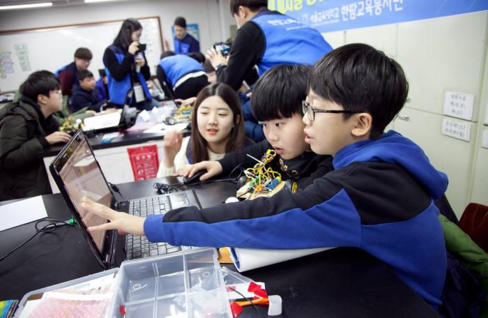 서울교대 '한땀교육봉사단' 교사들이 학생들을 대상으로 SW교육을 진행하고 있다. 서울교대 제공