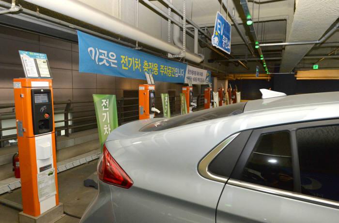 21대의 전기차가 동시 충전 가능한 서울 용산 아이파크몰 전기차 충전주차장.