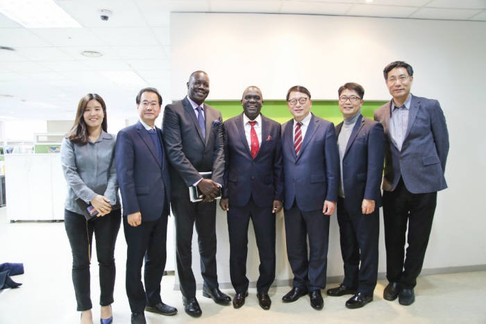 (왼쪽 네 번째부터)로날드 우간다 진자시 개발국장, 오인환 GTC 소장, 이원호 에이엘지시스템즈 대표가 MOU 교환 후 기념 촬영했다.