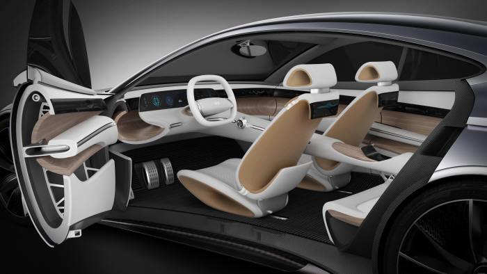 현대자동차가 2018년 제네바모터쇼에서 최초로 공개한 새로운 디자인 방향성인 '센슈어스 스포티니스(Sensuous Sportiness)'이 적용된 콘셉트카 '르 필 루즈(HDC-1)' 실내 인테리어 (제공=현대자동차)