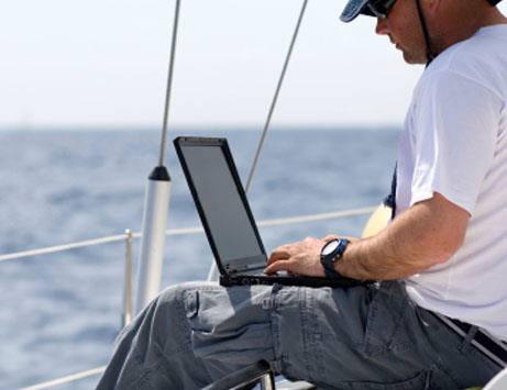 운항 중인 선박 내에서 초고속인터넷서비스를 즐길 수 있는 모두텔 R-MVSAT 이미지.