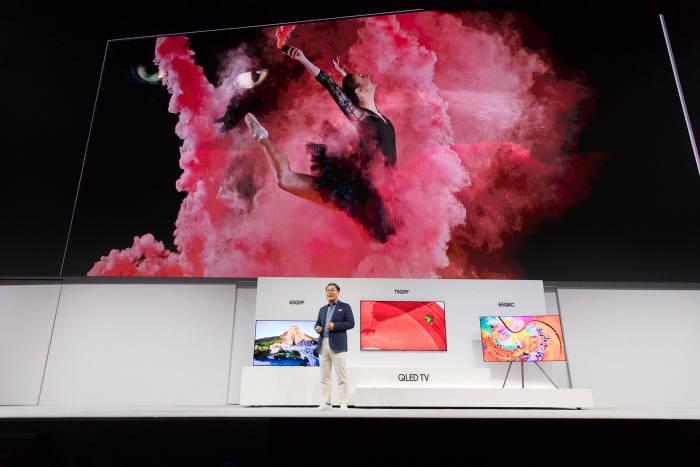 한종희 삼성전자 사장이 지난 7일(현지시간) 미국 뉴욕 옛 증권거래소 건물에서 열린 '더 퍼스트 룩 2018 뉴욕' 행사에서 2018년형 QLED TV를 공개하고 전략을 발표하고 있다. <삼성전자 제공>