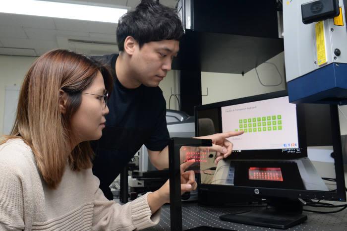 ETRI 연구진이 시촉각 인터페이스의 터치 감지 성능을 시험하고 있다.