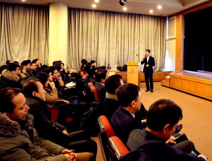 김경한 한화S&C 대표가 지난 1월 25일, 본사 임직원을 대상으로 2018년도 경영설명회를 진행하고 '디지털 트랜스포메이션'을 중점 추진 사업으로 발표하고 있다. 한화S&C 제공