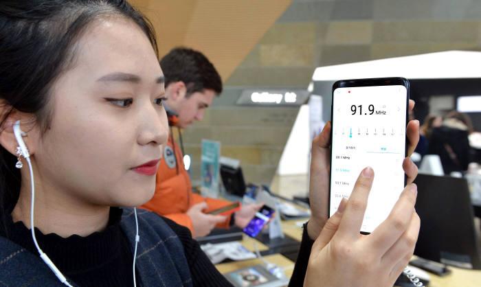 소비자가 갤럭시S9 기능을 체험하고 있다. 박지호기자 jihopress@etnews.com