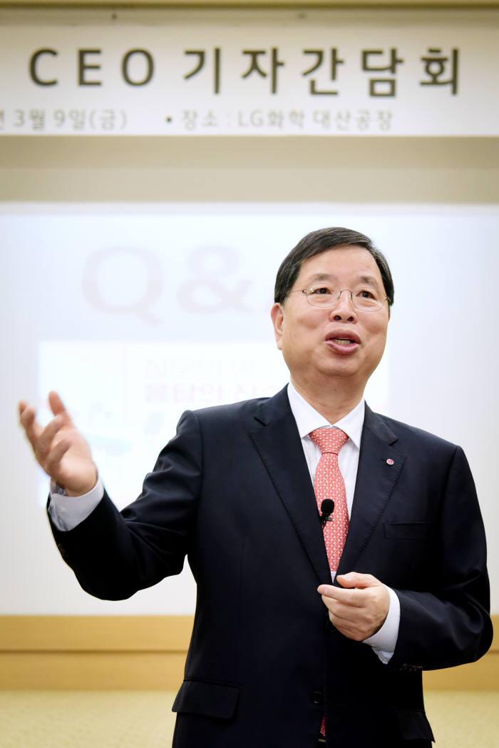 박진수 LG화학 부회장이 대산공장 기자간담회서 중장기 성장 목표를 발표했다. [자료:LG화학]