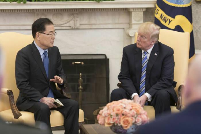 정의용 청와대 국가안보실장이 현지시간 8일 오전 미 백악관에서 트럼프 대통령을 만나 면담하고 있다<출처:청와대>.