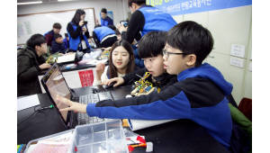 {htmlspecialchars(SW선도학교, 400여개 늘려 1600개로 확대...SW교육 롤모델 만든다)}