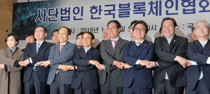 한국블록체인협회가 1월 26일 국회의원회관에서 창립총회를 열고 공식 출범했다. 진대제 초대 한국블록체인협회장(앞줄 왼쪽 네번째)과 전하진 자율규제위원장(〃 다섯번째) 등 참석자들이 기념촬영하고 있다.