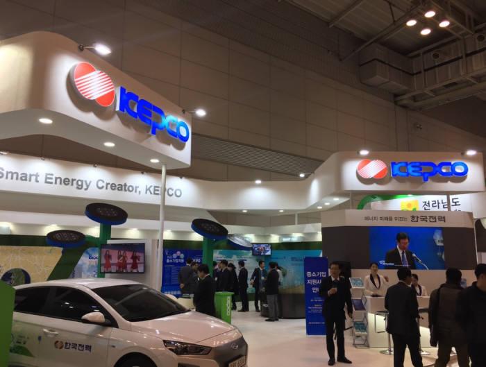 국제에너지전문전시회 'SWEET 2018'이 14~16일 광주 김대중컨벤션센터에서 열린다. 지난해 한국전력 부스.