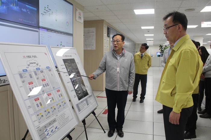 김용수 과학기술정보통신부 2차관(오른쪽)이 13일 KT 혜화국사를 방문, KT 관계자로부터 화재 등 안전관리 실태에 대한 설명을 듣고 있다.
