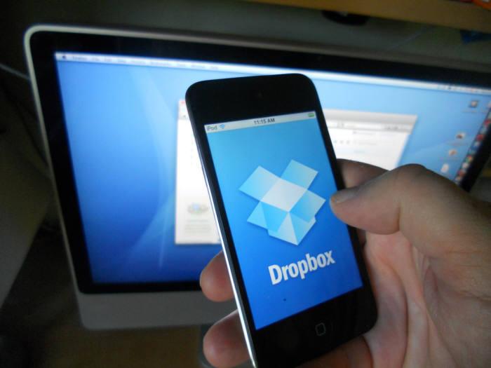 드롭박스는 온라인 상에서 문서, 사진, 음악 파일들을 무료로 저장하고 공유하는 서비스로 시작, 사용자를 모았다.