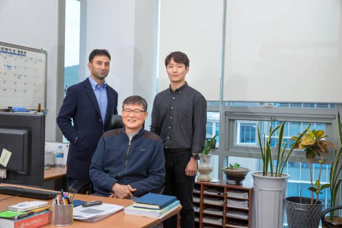 3D-CON을 개발한 백종범 교수팀(왼쪽부터 자비드 마흐무드 교수, 백 교수, 김석진 연구원)