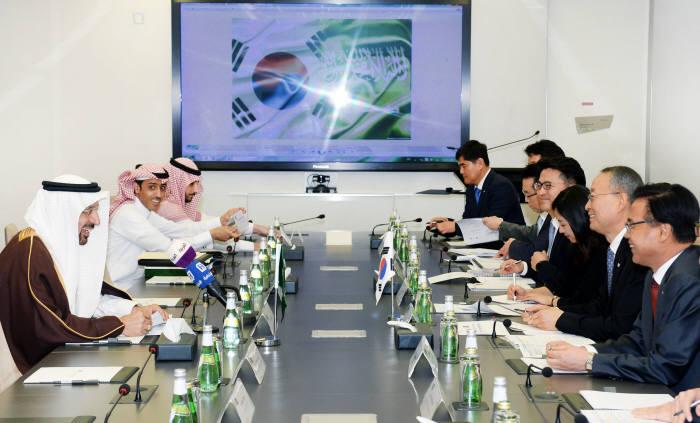 백운규 산업통상자원부 장관(오른쪽 두 번째)과 알팔레 사우디 에너지산업광물자원부 장관(왼쪽 첫 번째) 등 양국 관계자가 원전 분야 협력방안을 논의했다.