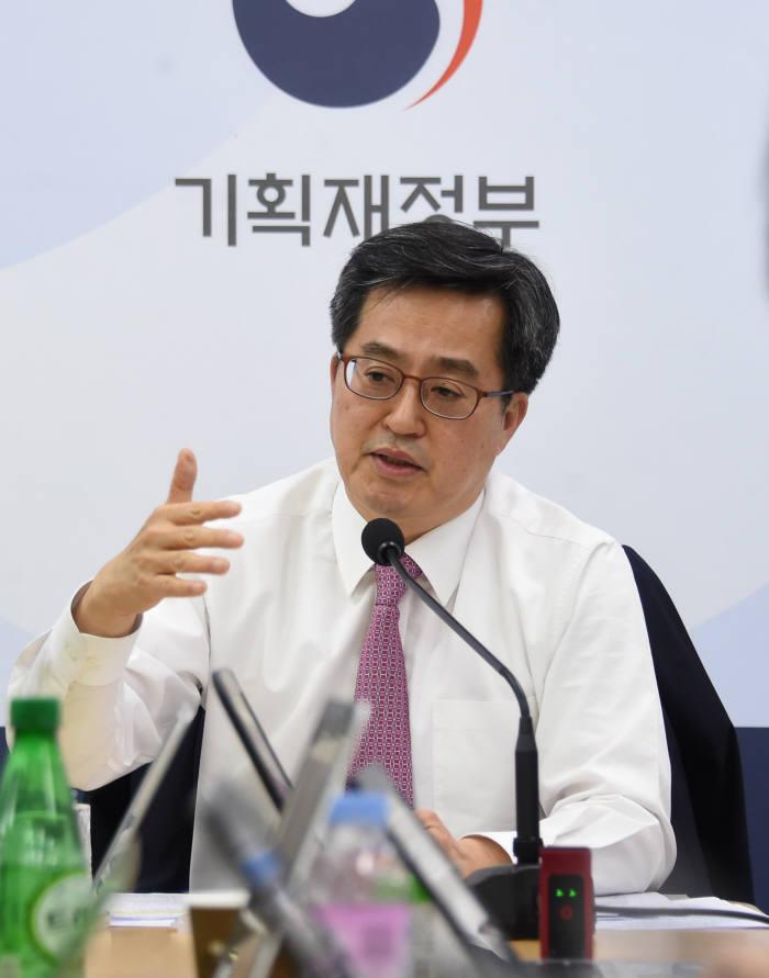 김동연 경제부총리 겸 기획재정부 장관이 기자간담회에서 질의에 답하고 있다.