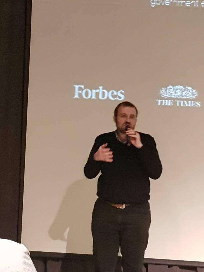 찰스 호스킨슨 IOHK 최고경영자(CEO)가 13일 블록체인 지식 공유 컨퍼런스 '밋업'에서 '제3세대 블록체인'을 주제로 강연을 펼치고 있다.