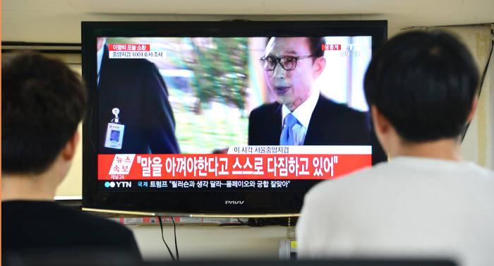 "[MB 검찰 출두]이명박 전 대통령 ""참담한 심정으로 이 자리에 섰다"""
