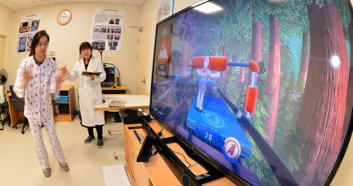 분당서울대병원에서 가상현실 기술을 활용해 재활치료를 돕고 있다.(자료: 전자신문 DB)