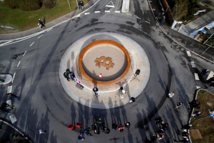 슬로베니아 크란시 교차로에 만들어진 기념비 모습 <사진 출처: 로이터통신 REUTERS/Borut Zivulovic>