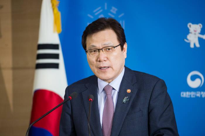 최종구 금융위원장이 14일 서울정부청사에서 열린 간담회에서 기자들의 질문에 대답하고 있다.