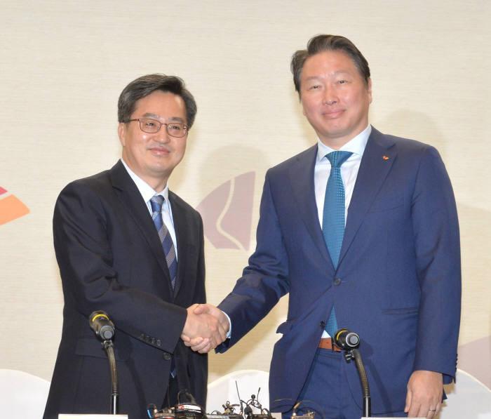 김동연 경제부총리 겸 기획재정부 장관이 최태원 SK회장과 악수했다.