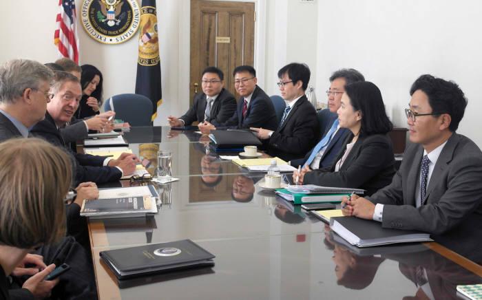 지난해 10월 미국 무역대표부(USTR)에서 열린 한미 FTA 공동위원회 2차 특별회기에서 김현종 통상교섭본부장과 로버트 라이트하이저 USTR 대표 등 협상단이 마주한 모습.