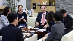 손태승 우리은행장, '1일 지점장'으로 영업 현장과 소통 경영