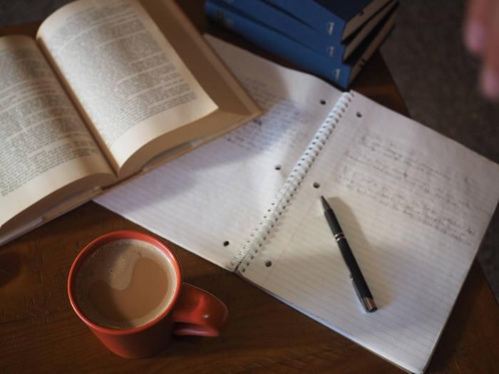 사진 1. 카페에서 공부하는 사람들은 모두 약간의 소음이 집중력에 도움이 된다고 말한다. (출처: pixabay)