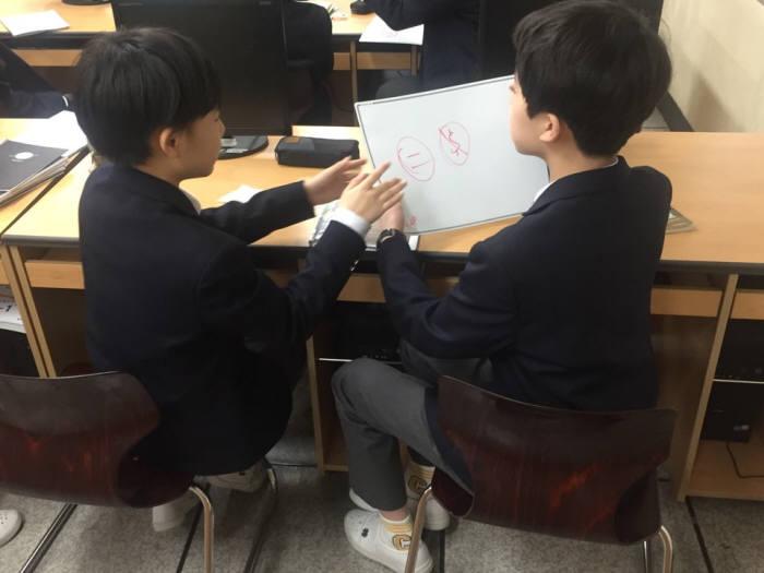 노원중 학생들이 보드에 정답을 적고 있다.