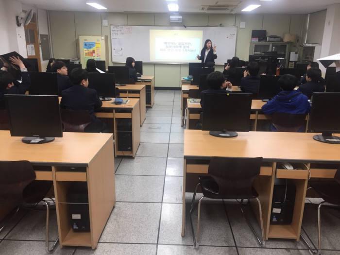 노원중 정보과목 수업 시간에 교사가 문제를 내고 학생들이 답안을 적은 보드를 들어보이고 있다.