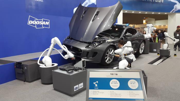 두산로보틱스가 협동로봇을 활용한 협업을 시연하고 있다.