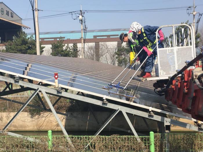 태양광모듈 클리닝 작업 현장. [자료:한화에너지]
