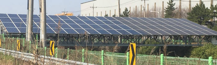 태양광모듈 클리닝작업 시행 전(오른쪽)과 후(왼쪽). [자료:한화에너지]