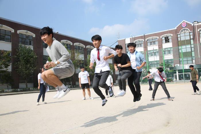 서울전자고 학생들이 체육 활동을 즐기고 있다